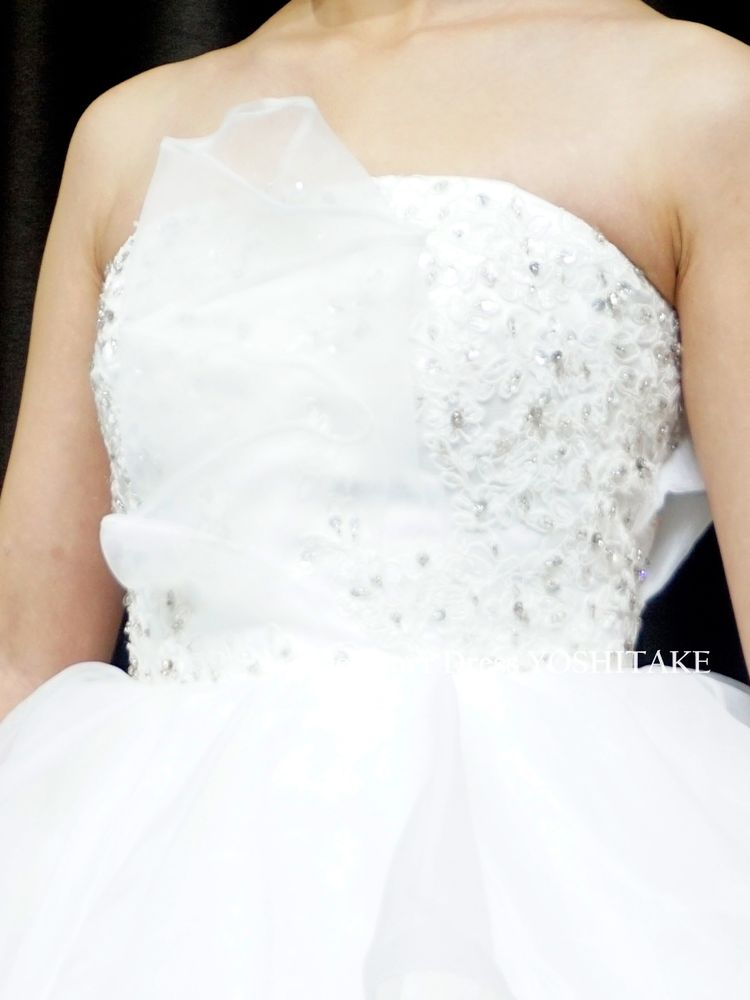 胸元で波打つチュールがスカートのフリルにつながる白ウエディングドレス(パニエ付)【サンプルドレスは即現物購入可能/オーダーの場合は制作期間3週間から6週間】