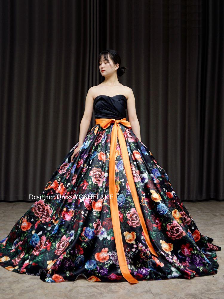 ブラックサテンに花柄スカートウエディングカラードレス(パニエ付)結婚式.演奏会【サンプルドレスは即現物購入可能/オーダーの場合は制作期間3週間から6週間】