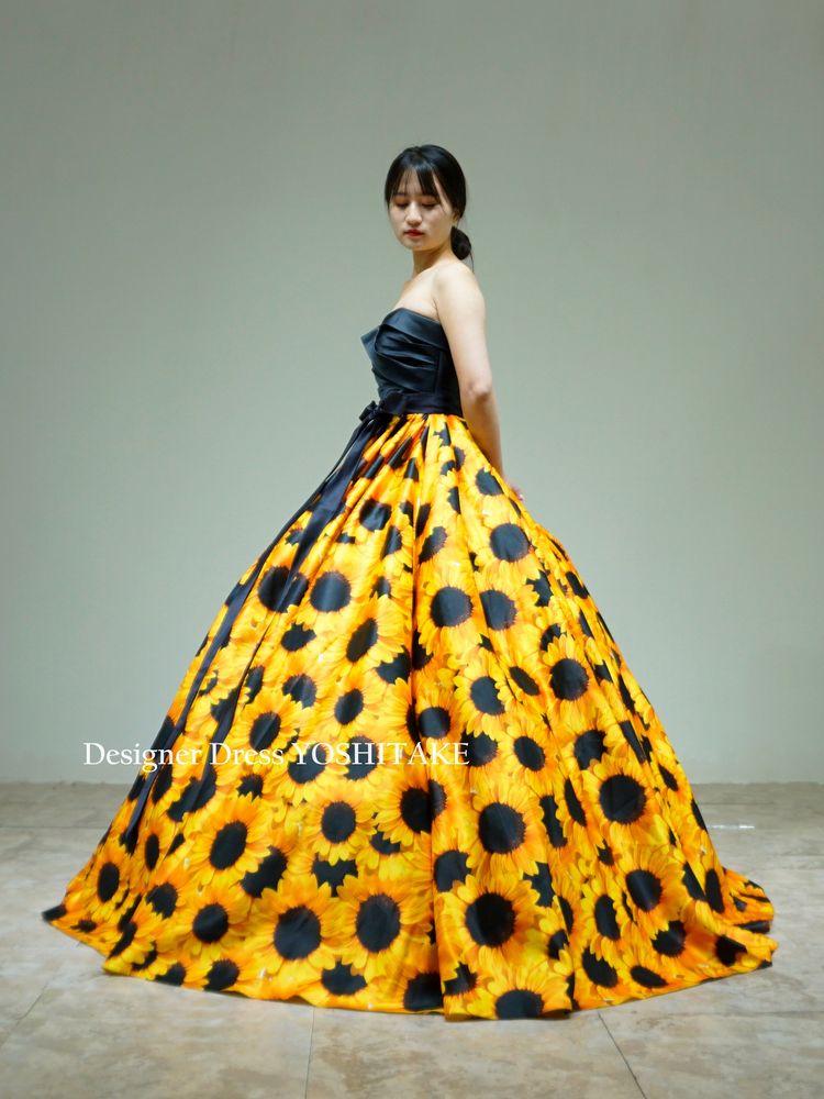 上半身ブラックサテン&プリーツ仕様にスカートは向日葵柄サテン(パニエ付)結婚式【サンプルドレスは即現物購入可能/オーダーの場合は制作期間3週間から6週間】