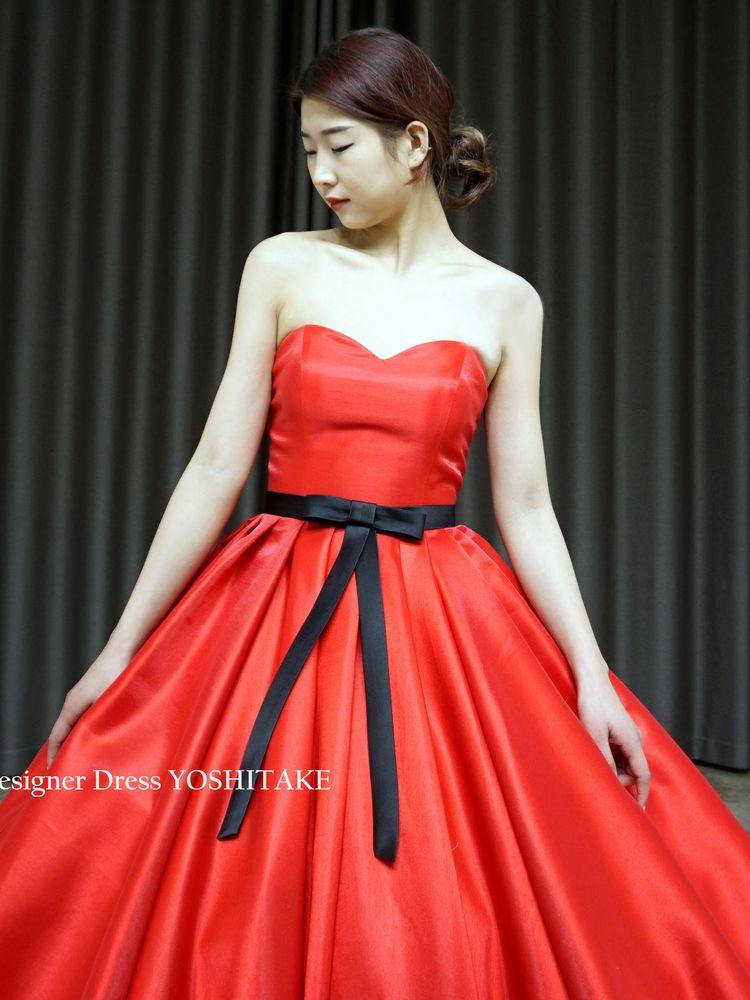 赤い光沢のあるしっかりとしたサテン系の生地を使用した赤いプリンセスドレス.披露宴【サンプルドレスは即現物購入可能/オーダーの場合は制作期間3週間から6週間】