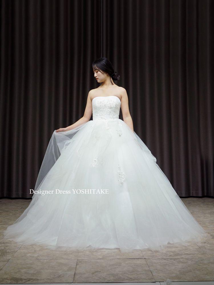 胸元に煌めくビジューがキラキラと輝くウエディングドレス(パニエ付)挙式.フォト婚【サンプルドレスは即現物購入可能/オーダーの場合は制作期間3週間から6週間】