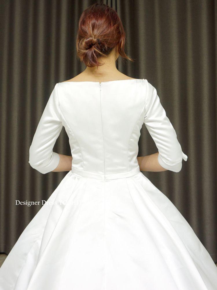 光沢のあるサテンだけの長袖シンプルプリンセスラインドレス(パニエ付)挙式.写真婚【サンプルドレスは即現物購入可能/オーダーの場合は制作期間3週間から6週間】