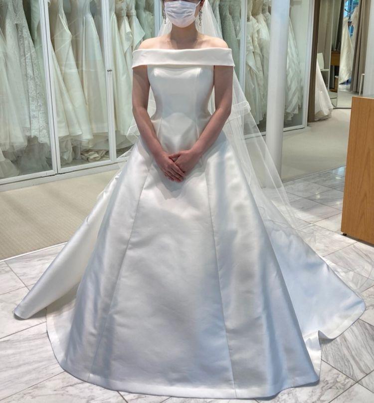 シンプルかつ特徴のあるロールカラードレス