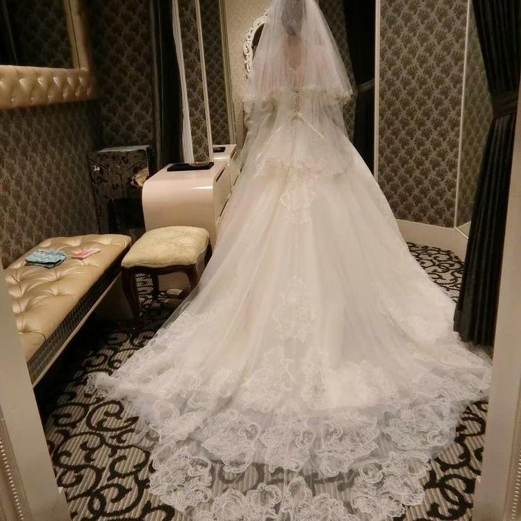 裾ラインがひし形になっている可愛いらしいウエディングドレス
