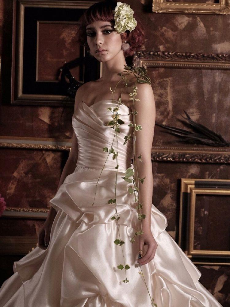 パールホワイトに輝く上品なドレス