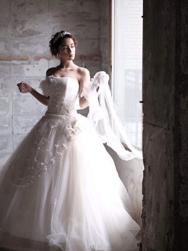 やわらかなチュールが花嫁の輝く笑顔を包み込む
