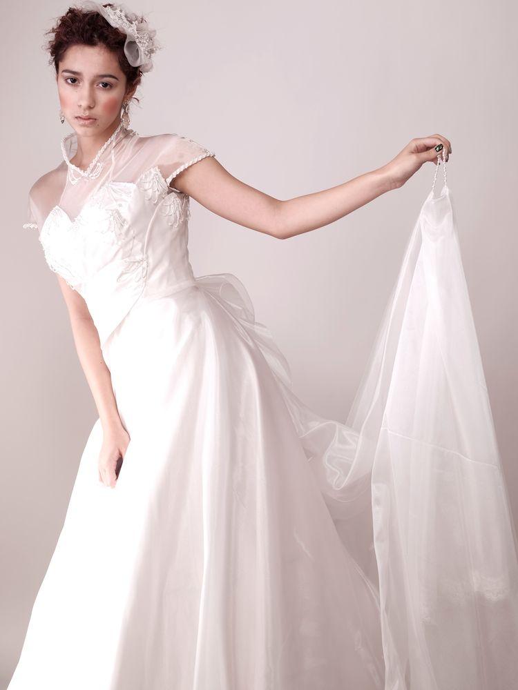 クラシカルで清楚 後ろ姿も上品なドレス
