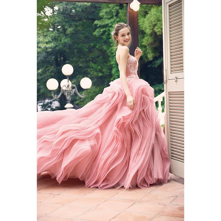 ヨーロッパのハイセンスなドレスを紹介するためにスタートしたフォーシス。イギリスやNYなど、世界中のデザイナーの元を頻繁に訪れています。特に「IAN STUART」と「ALAN HANNAH」の2ブランドは創業当初からのお付き合い。