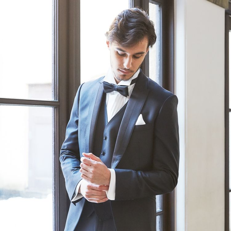 「タキシードは何でもいいよ」なんて言わないで。 おしゃれなご新郎様のためのタキシードがたくさん揃っています。 ジャケット丈や、タイの形、ベストのデザインやポケットチーフに至るまで、お二人並んだ装いが素敵に映るようコーディネートさせていただきます。