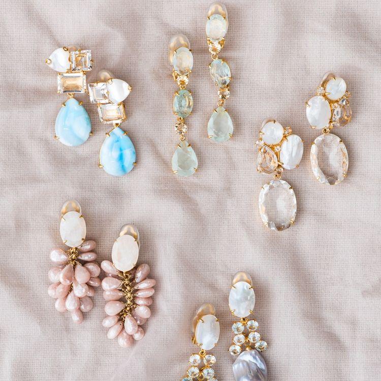 ドレスが決まったら、小物をセレクト。 選ぶ小物しだいで、印象が変わるから小物選びはとっても大切なプロセス。 イノセントリーでは、タイムレスな装いに欠かせないパールやダイヤモンドのジュエリーから、NYをはじめとするおしゃれなインポートジュエリーを多数扱っています。 あなたらしいコーディネートを専任スタイリストがご提案いたします。