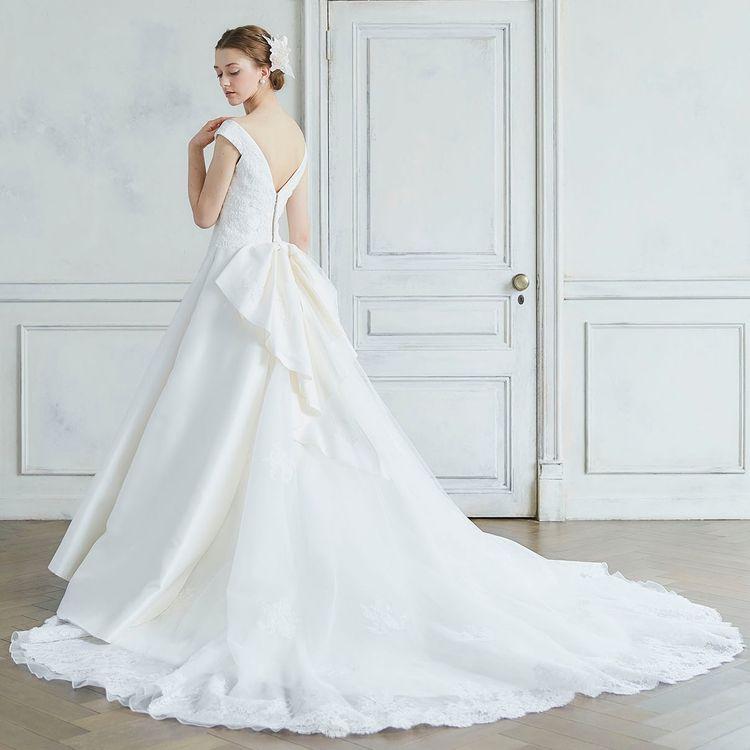 流行に左右されず、誰をも魅了する美しさを演出するドレス