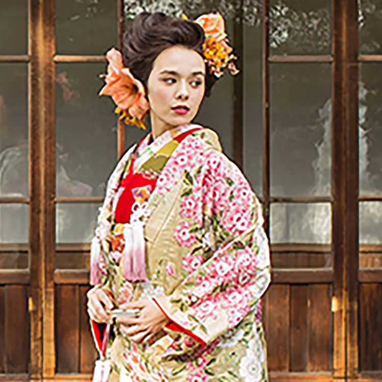 JUNOではTRADITIONAL&MODERNをコンセプトに  和装を美しく着こなすこと 伝統の中にも現代のスタイルをプラスすることで  人生最良の日に花嫁が最も美しく輝く 幅広いスタイルを提案いたします。