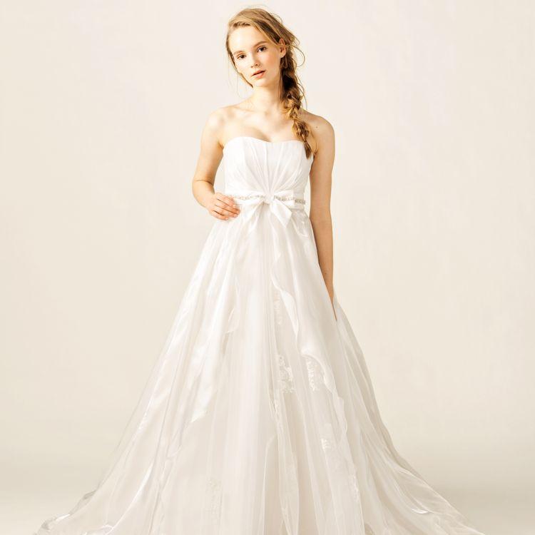 特別な日に、特別に、貴方サイズで一からお仕立てする、オーダードレス・タキシードのご提案です。やはり、採寸してサイズをあわせて、お気に入りのデザインで仕立てた衣裳に袖を通すのは、特別な喜びが感じられます。是非、大切なお式にあわせて、オーダーでお仕立てしませんか。