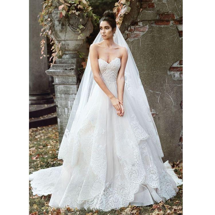 【SIGNATURE 9868】 動きのあるスカートのシルエットが魅力的な1着。 ランダムに揺れるスカートの裾に豪華なレースがトリミングされたドレスは花嫁様を華やかにすること間違いなし。 素敵な時間を演出してくれます。