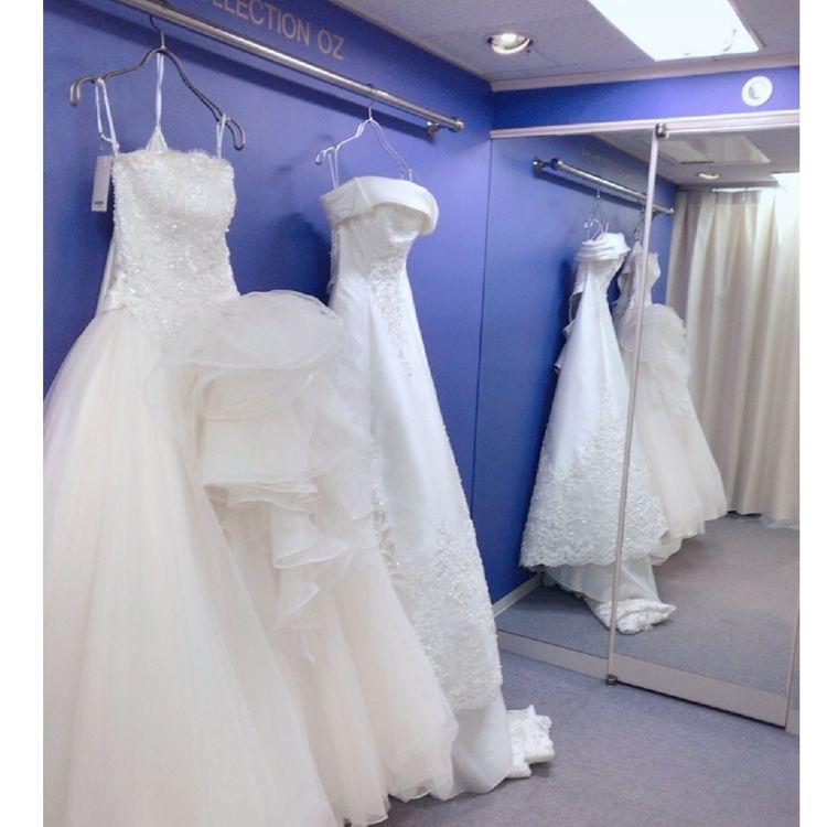-フィッティングフロー- 1.カウンセリング&ドレス選び(約30分) ご希望に沿った衣装のご案内をさせて頂けるようお話をお伺いしアドバイザーと一緒にドレス選びをして頂きます。【カウンセリングフロア内に100種類以上のドレスを陳列している為気になるドレスをどんどん見て頂けます】  2.試着(約30分) 一回の試着につき3着までご試着いただけます。(白カラー合わせて) より当日をイメージしやすいようブライダル小物も合わせでお付け致します。写真撮影可  3.お見積もり(約30分) お二人に合わせた見積もりや貸出期間の説明等をいたします。 何でもご相談下さい☆