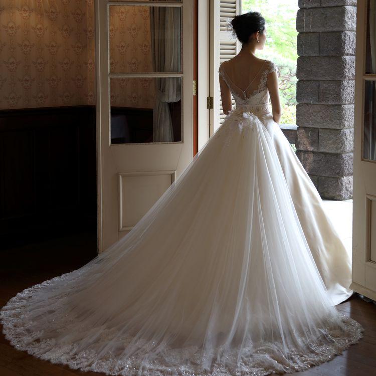 Canta Bella シルク素材を活かした繊細で上質なウエディングドレスを中心としたブランド。 どんな式場・場面でも清楚な花嫁姿を創り上げます。