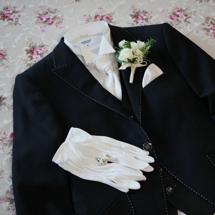 ドレスに合わせてご新郎様の衣装のご案内もしております。 上質なウールを使用したオーソドックスなデザインを中心にモーニング・フロックコート・タキシード等取り揃えております。 お父様用の洋装衣装・お母様用の留袖レンタルのご案内、女性用ゲストフォーマルのオーダーも承っております。