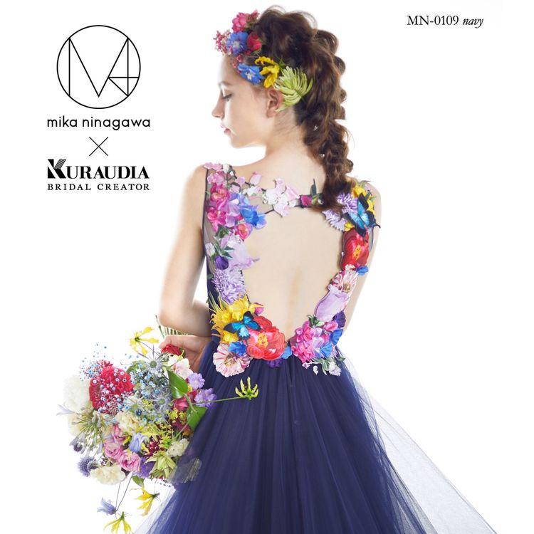 蜷川実花ディレクション「M / mika ninagawa」 10thコレクション  胸元と背中を色とりどりに華やかに彩り、素敵な演出をしてくれるデザインとなっております。 細身のシルエットに軽やかなチュール素材を使用していますので、ガーデンスタイルにもぴったりの1着です。