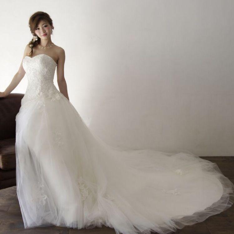 ドレスは2回目まで3着無料です。トータルコーディネートはもちろん、採寸やデザイン変更等、様々なご相談も承っております。(タキシードは着数制限はございません。)