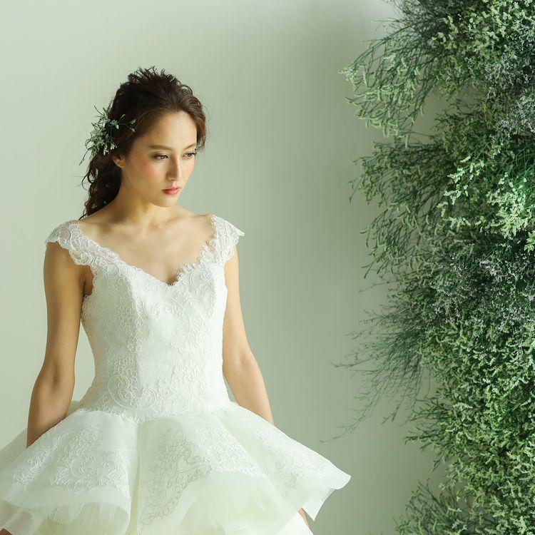 【総シルクのオートクチュールドレスを日本の花嫁様に】  ロザンナペローネのオートクチュールドレスは、一流デザイナーのアトリエで熟練の職人たちにより大切に縫い上げられ、一枚一枚に我が子のように名前を付けて送り出す「作品」と呼べるウエディングドレスです。  この上なくデリケートで美しいシルクのドレスは、本来、貸衣裳で着ることが叶わなかった特別な物でした。  ロザンナペローネは日本人の体形に合わせ、レース柄の大きさや、リボン、パイピングの幅までを整え直し、完璧なバランスでレンタルとして福岡では レイジーシンデレラでのみ提供する事ができるようになりました。