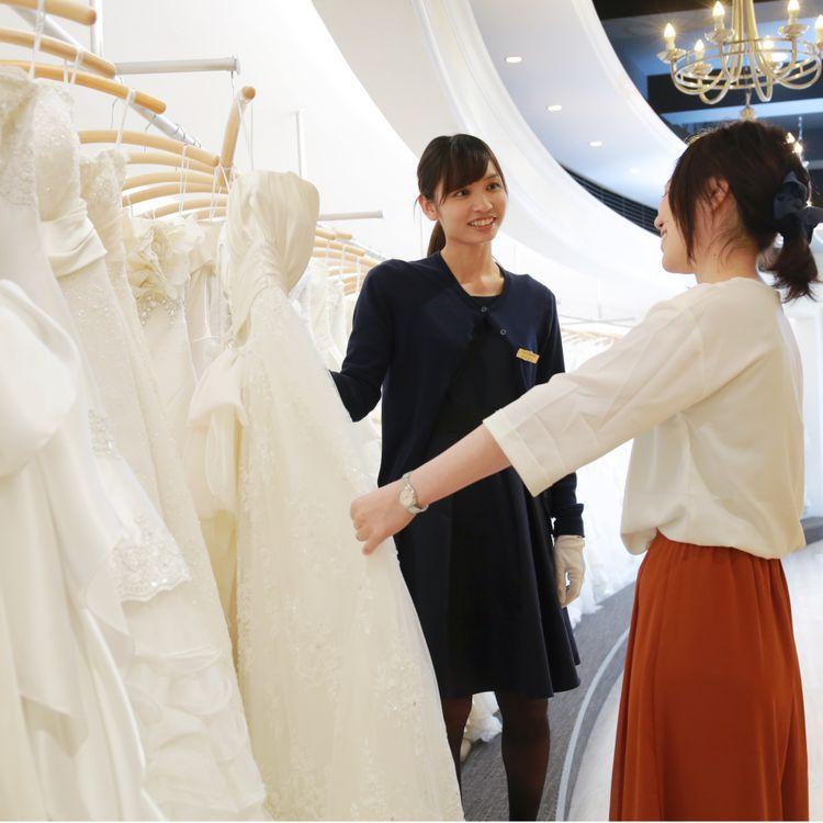 【ご試着・会場へのお持込について】  レイジーシンデレラでは、ご試着は何度でもOKです! たくさんのドレスの中から迷える幸せを感じてください。  また、式場や挙式日が決まっていなくでも大丈夫。 式場の提携衣裳店だけでは満足できない花嫁様もぜひご相談を。  レイジーシンデレラのドレス・和装は1着からでもレンタルできます。 海外挙式や神社婚などのお得なプランもご用意。 心を込めてパッケージングし、全国どこへでも配送無料でお届けします。