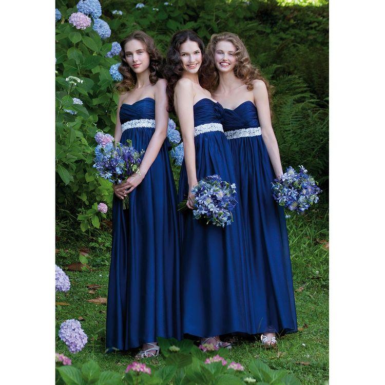 """""""ブライズメイド""""と呼ばれる、花嫁の友人たちがお揃いのドレスを選び、思う存分DRESS UPを楽しむ様子はハッピーでステキですよね。 """"みんなでDRESSする!""""が、私たちLOVE WEDDING by DRESS HOLICが広めていきたいメッセージ。"""