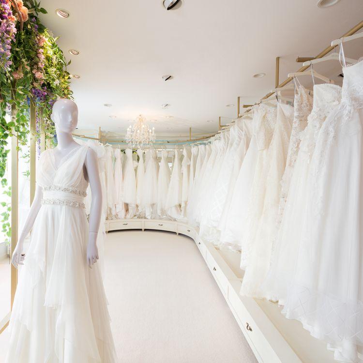 Fiore Bianca鹿児島店 ウェディングドレスは、幸せの記憶。だからすべての新郎新婦様に、納得のいくドレス選びをしてほしいとフィオーレビアンカは願っています。運命の一着との出会いを、距離や時間を理由に諦めてほしくはありません。そこでわたしたちは、エリアに捉われることなく、質やデザインにこだわったドレスが揃い、試着し、選ぶことのできる環境づくりをひとつの使命と考え、地方への出店を積極的に進めています。花の種が、綿毛となって様々な地に根を張るように。フィオーレビアンカは、手の届く場所に咲く、理想の花でありたいと願っています。