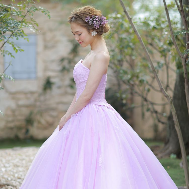 結婚式直前の、 フィッティングチェック。 ウォーキングやお辞儀の練習、美しい姿勢、 立ち居振る舞いの練習。 フィオーレ ビアンカは、 衣装のプロフェッショナルとして、 一生に一度の最愛の日を彩るため、 最大限のお手伝いをお約束致します。