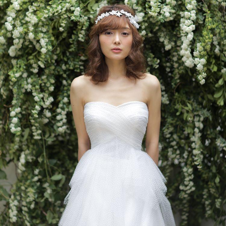 フィオーレ ビアンカは、 すべての花嫁が運命の一着に出逢えるように、 デザイン、カラー共に、 こだわり尽くしたオリジナルドレスをご提案致します。 また、ドレスだけでなく、 凛々しくも華やかに花婿を彩るタキシード、 世界中からセレクトした アクセサリーやシューズなどの様々なアイテムが、 お二人ならではの魅力を最大限に引き出します。
