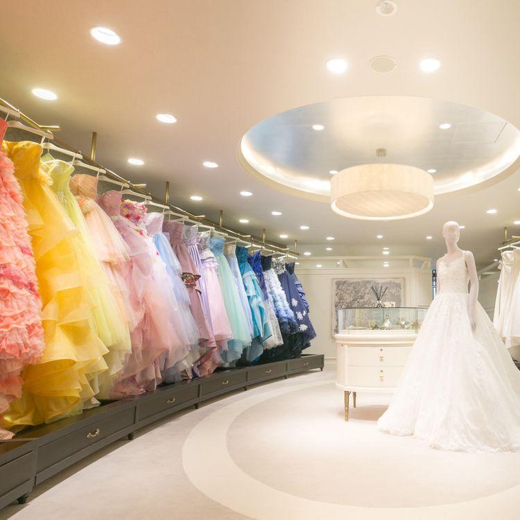 Fiore Bianca京都店 ウェディングドレスは、幸せの記憶。だからすべての新郎新婦様に、納得のいくドレス選びをしてほしいとフィオーレビアンカは願っています。運命の一着との出会いを、距離や時間を理由に諦めてほしくはありません。そこでわたしたちは、エリアに捉われることなく、質やデザインにこだわったドレスが揃い、試着し、選ぶことのできる環境づくりをひとつの使命と考え、地方への出店を積極的に進めています。花の種が、綿毛となって様々な地に根を張るように。フィオーレビアンカは、手の届く場所に咲く、理想の花でありたいと願っています。