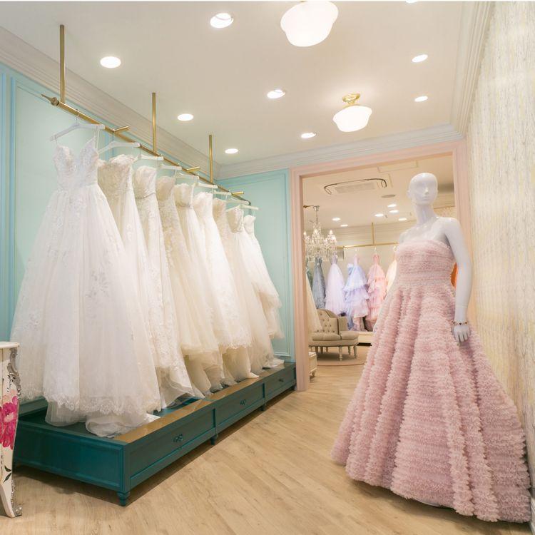 Fiore Bianca奈良店 ウェディングドレスは、幸せの記憶。だからすべての新郎新婦様に、納得のいくドレス選びをしてほしいとフィオーレビアンカは願っています。運命の一着との出会いを、距離や時間を理由に諦めてほしくはありません。そこでわたしたちは、エリアに捉われることなく、質やデザインにこだわったドレスが揃い、試着し、選ぶことのできる環境づくりをひとつの使命と考え、地方への出店を積極的に進めています。花の種が、綿毛となって様々な地に根を張るように。フィオーレビアンカは、手の届く場所に咲く、理想の花でありたいと願っています。