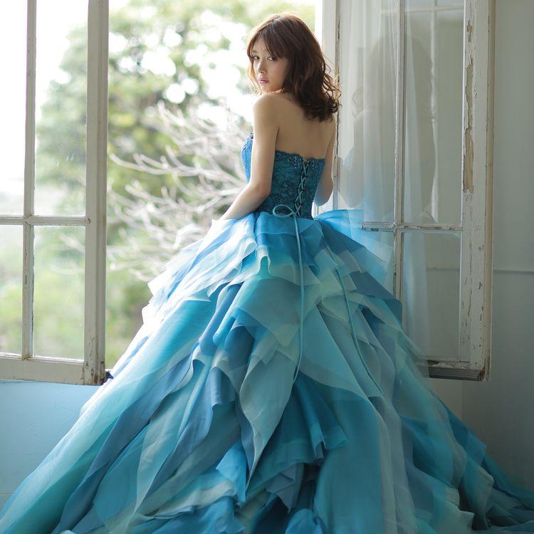 フィオーレ ビアンカは、 結婚式当日と同じくらい、 お二人でそこへ向かう道のりも、 大切に考えています。 フィッティングを通して結婚式当日をイメージして頂き、 ドレスを選ぶそのひと時の幸せで溢れますように・・・ 一着一着のセレクト、 フィッティングにコーディネーターが思いを込め、 最高の一日に相応しい装いをご提案致します。
