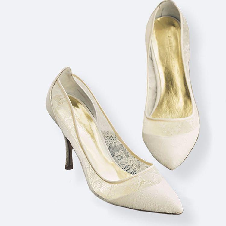 身につけるアクセサリーが、 ドレスを身に纏った花嫁の個性をより引き立てます。  オーセンティックでは Maria Elena(マリア・エレナ)・ Paris by Debra Moreland (パリス バイ デブラ・モーランド)等、  世界中の人気アクセサリーブランドから セレクトして取り揃えております。  アンティークのような繊細なデザインや 海外セレブ御用達ブランドまで、 誰かの真似ごとではない 自分らしい本当の美しさを引き出すための、 幅広いアイテムをレンタルや販売にてご用意しております。  アクセサリーのみのご利用も承っております。
