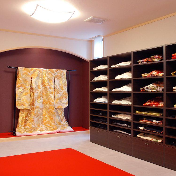 ドレスだけでなく、着物も数多いラインナップの中から選ぶことができます。