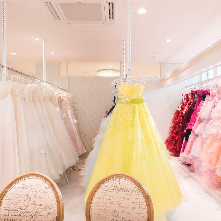 カラードレスも豊富なデザインバリエーション
