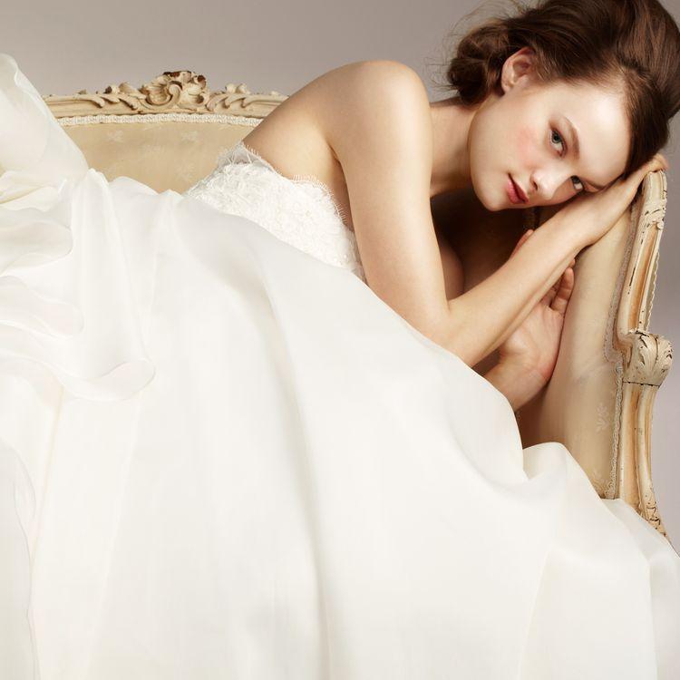【ファーストレンタルであなただけのぴったりのウェディングドレスを提案】  当店では、選んだウェディングドレスを花嫁1人1人のために、1から製作する「ファーストレンタル」を行っております。  ウェディングドレスを選んだあとは、経験豊富なドレスアドバイザーが丁寧にお体の採寸をさせていただき 裾の長さや背中や胸元の開き具合など、お体のサイズピッタリの新品の1着を1から製作いたします。 当日初めて腕を通す真っ白なウェディングドレスは特別な日にふさわしい1着。 自分だけのサイズで作るから安心して1日を過ごしていただけます。