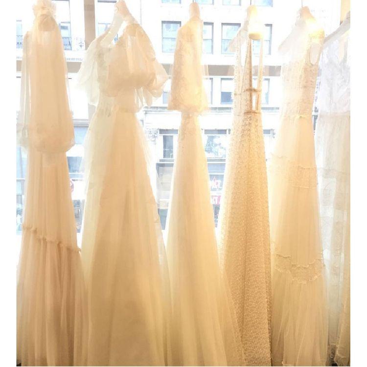 売れ筋を中心とした商品群ではなく、それが例え高額であっても価格にとらわれず 世界中から『花嫁さんに輝いていただけるウェディングドレス』をセレクトし、 商品ラインナップをするように努力してまいりました。