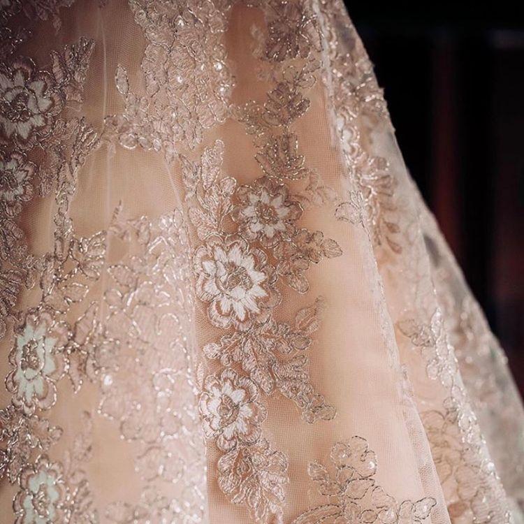 繊細でゴージャス感溢れる刺繍を使用したドレスをたくさんあります。
