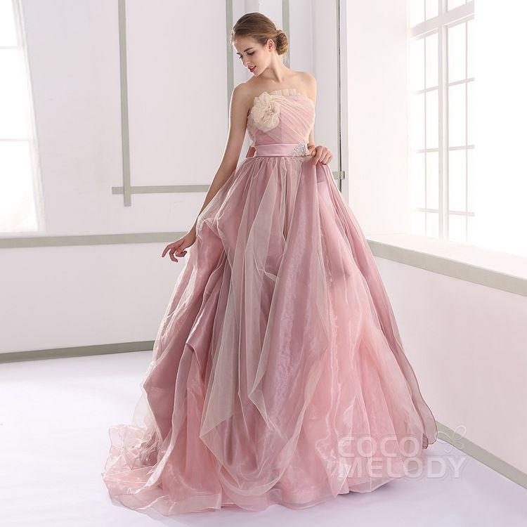 ウェディングドレス、カラードレス、タキシードの取扱あり。