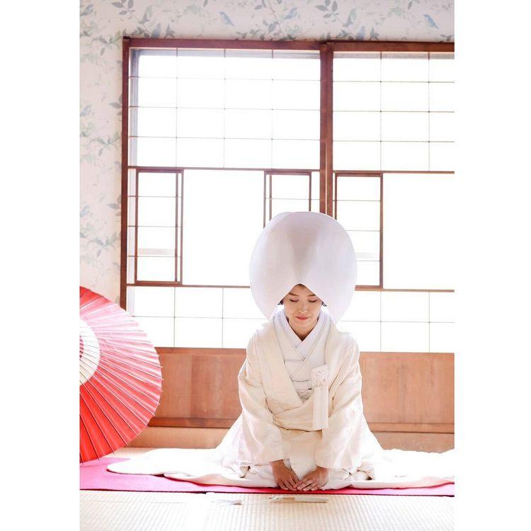 和装ウエディング 白無垢での結婚式も叶います。 綿帽子や角隠しもご用意あり!!  色も柄も華やかな色打掛、 あなたらしさが出せる引き振袖… クラシックなものからモダンなものまでご準備しております。 帯や帯紐など小物の柄や色で個性をだして。