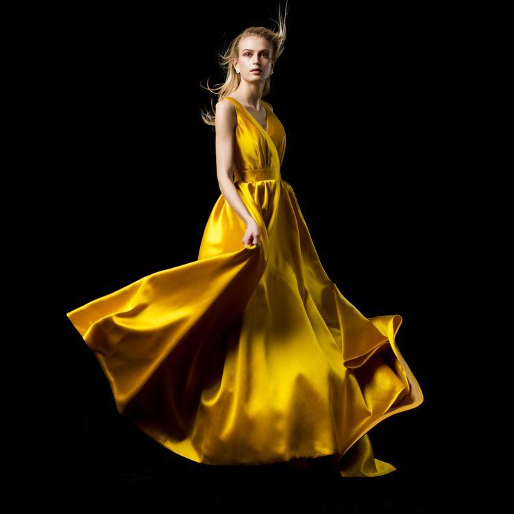 「花嫁の個性を引き出す、自分らしく品格のあるカラードレス」 というコンセプトの基に、  素材から発掘したオリジナルドレスや、 ありそうでないニュアンスカラーのドレス、 海外の著名デザイナーと一緒にコラボレーションしたドレスなど、  自分らしさを実現するカラードレスの オーセンティックスタイルをご提案致します。