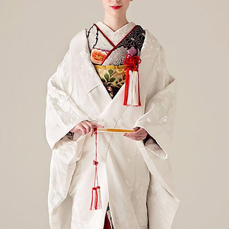 ふるく平安の時代から、脈々と受け継がれてきた 日本の伝統美である花嫁衣裳。  時代を越えて、色・柄(文様)ともに現在に至りますが、 それぞれの花嫁衣裳には「纏う人の幸せを願う心」が 変わらず込められています。  オーセンティックでは、日本各所に残る大切に受け継がれてきた伝統の技術と、 職人の想いを1枚1枚に込めた花嫁衣裳をご用意しております。  結婚式という人生の大切な節目だからこそ、 自分らしく品格のあるきものスタイルを身に纏い、 嫁ぐ日の姿を美しく、そして永遠に心に残して 頂けるようにご提案させて頂きます。