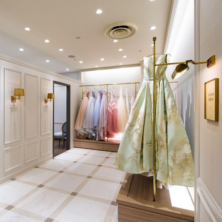 Authentique横浜店はパリの「シャングリ・ラ ホテル パリ」をイメージソースに、「Vintage(ヴィンテージ)」「Feminine(フェミニン)」「Chic(シック)」の3つの世界観別に空間を表現しています。  随所にパリのホテルを彷彿とさせる、フォトジェニックな空間での衣装選びをぜひご体験ください。