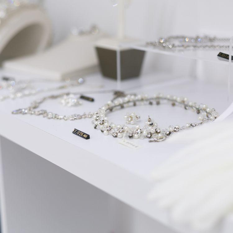 最新デザインのベール、ヘッドドレス、アクセサリーなどの販売もしています。予約なしの来店でOK!!