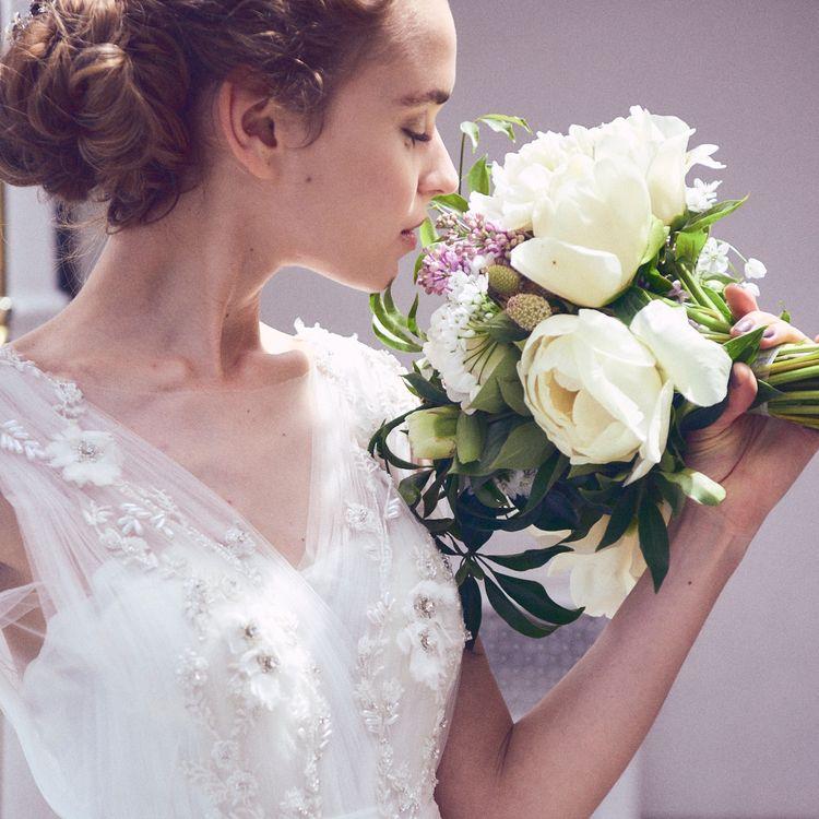 """花嫁が持つ魅力を最大限に輝かせる為、  ドレスが主役ではなく """"コーディネートやアレンジでカラードレスを自分らしく着る"""" ことをコンセプトに  世界に一つしかないドレスをご提案。  トレンドやオートクチュールのエッセンスを取り入れながら 人生最良の日に相応しい1着を作り上げています。"""