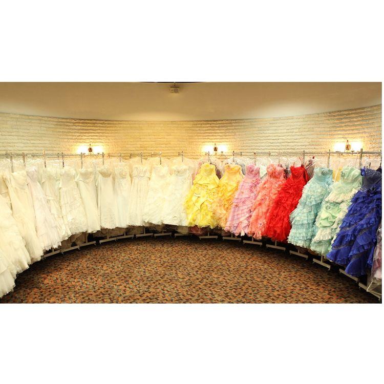 ドレスは約300着ご用意!お気に入りの一枚を。ドレスサイズは3号~31号まで。和装は伝統的な打掛けから黒引き振袖、オーガンジーまで豊富に取り揃えています。メンズタキシードも幅広くご用意しております。