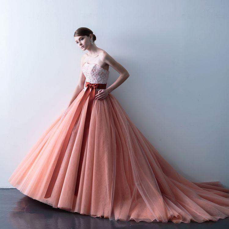 トレンドカラーのテラコッタは、個性派の花嫁様に人気の一着。他の人とは違う衣裳を着たいという花嫁におススメ!