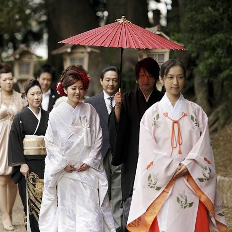 由緒正しい「常陸國總社宮」での本格的な神前結婚式を。  日本古来の伝統的なスタイルを重んじながら、和装に洋髪など、普段の自分らしさをより輝かせるスタイルでトレンド感あふれた和婚が叶います。  もちろん、和装のご案内も可能です。