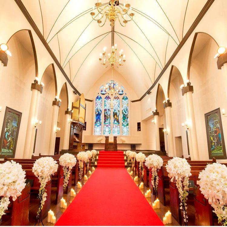 長さ10メートルの真紅のヴァージンロードには、花嫁のロングトレーンのドレスが美しく煌びやかに映えることでしょう。  祭壇は5段高い位置に備えられ、ゲストからも愛の誓いを交わすおふたりの神聖な儀式をゆっくりと見守ることができます。  神聖な雰囲気の中、フォトウエディングも可能です。