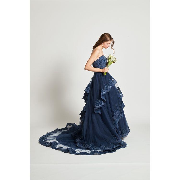 レースがふんだんに施されたティアードスカートの軽やかかつ立体的なAラインドレス。キュートで華やかなデザインに深いネイビーの色味が洗練された大人っぽさをもたらしています。